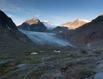 Wandern auf Gletscher in den Alpen stockbild
