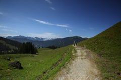 Wandern in den Alpen lizenzfreies stockbild