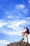 Wandern in den Bergen im Sommer an einem sonnigen Tag Lizenzfreie Stockfotografie