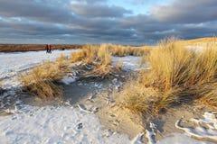 Wandern in den Dünen mit Schnee Stockfotos