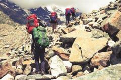 Wandern in den schönen Bergen Gruppe Wanderer genießen das Wetter Stockfotos