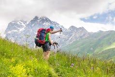 Wandern in den schönen Bergen Gruppe Wanderer genießen das Wetter Lizenzfreies Stockfoto
