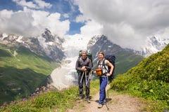 Wandern in den schönen Bergen Gruppe Wanderer genießen das Wetter Stockbilder