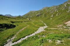 Wandern in den sonnigen Alpen Lizenzfreie Stockfotografie