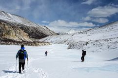 Wandern in den Winterbergen Getrennt auf Weiß Stockfotografie
