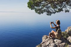 Wandern der Frau, die intelligentes Telefon verwendet Ferien, Sommerspaß, genießen das Leben, Reise und aktives Lebensstilkonzept lizenzfreies stockbild