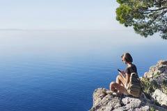Wandern der Frau, die intelligentes Telefon verwendet Ferien, Sommerspa?, genie?en das Leben, Reise und aktives Lebensstilkonzept lizenzfreies stockbild