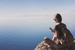 Wandern der Frau, die intelligentes Telefon verwendet Ferien, Sommerspa?, genie?en das Leben, Reise und aktives Lebensstilkonzept stockbilder