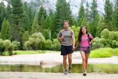 Wandern der Leute auf Wanderung in den Bergen in Yosemite Stockbilder