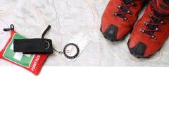 Wandern der Schuhe und des Kompassses auf Karte Stockbilder