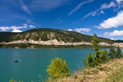 Wandern in der szenischen Landschaft mit künstlichem Türkissee in der heißen Sommerzeit im blauen Himmel und in den Wolken Stockbild