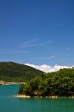 Wandern in der szenischen Landschaft mit künstlichem Türkissee in der heißen Sommerzeit im blauen Himmel und in den Wolken Stockfoto