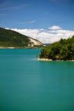 Wandern in der szenischen Landschaft mit künstlichem Türkissee in der heißen Sommerzeit im blauen Himmel und in den Wolken Stockfotografie