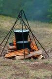 Wandern des Eimers und der Wanne über dem Feuer Lizenzfreie Stockbilder