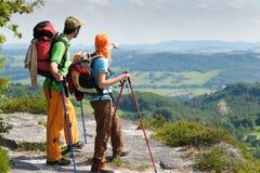 Wandern des jungen Paarpunktes an der panoramischen Ansicht Stockbilder