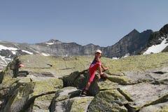 Wandern des Kindes, das in den Alpen klettert Lizenzfreies Stockfoto