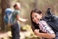 Wandern des Mädchenwanderer-Trekkings im Wald Lizenzfreies Stockfoto