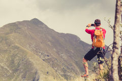Wandern des Mannes, der Foto mit Smartphone macht Stockbild