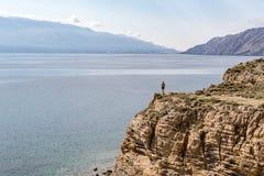 Wandern des Mannes, des Bergsteigers oder des Hinterläufers in den Bergen Lizenzfreie Stockfotos