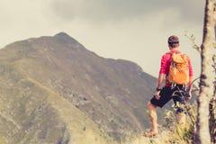 Wandern des Mannes mit Rucksack in den Bergen Stockbild