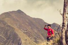 Wandern des Mannes oder des Hinterläufers in den Bergen Lizenzfreie Stockfotos