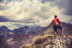 Wandern des Mannes oder des Hinterläufers in den Bergen Stockbild