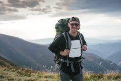 Wandern des Mannes oder des Hinterläufers in den Bergen, inspirierend Landschaft Motivierter Wanderer mit dem Rucksack, der Bergb Stockfotos