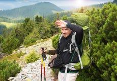 Wandern des Mannporträts mit Rucksack Stockfoto
