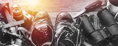 Wandern des Reise-Zubehörs auf Holzoberfläche, Draufsicht Abenteuer-Entdeckungs-Lebensstil-Feiertags-Tätigkeits-Konzept stockfotos