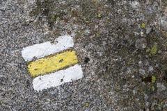 Wandern des Zeichens auf Stein Lizenzfreie Stockfotos