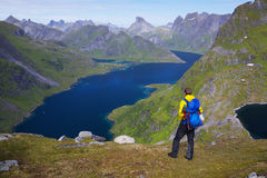 Wandern durch Fjord in Norwegen lizenzfreie stockbilder