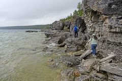 Wandern entlang Rocky Lakeshore Lizenzfreie Stockbilder
