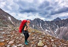 Wandern Frau auf Durchlauf lizenzfreie stockfotografie