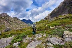Wandern Frau geht auf einen Gebirgsweg stockbild