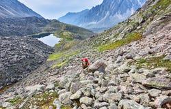 Wandern Frau klettert die Steigung stockbilder