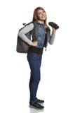 Mädchenwanderer mit dem Rucksack, der durch Ferngläser schaut Stockfoto