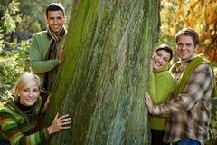 Wandern mit vier Freunden Lizenzfreie Stockbilder