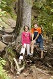 Wandern mit zwei Kindern Stockbilder