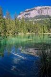 Wandern Sie zum Crestasee in Obersaxen, GraubÃ-¼ nden die Schweiz stockbild