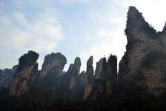 Wandern um Wulingyuan-Naturschutzgebiet Es war ein Stückchen, das auf dem nebelig ist lizenzfreies stockbild