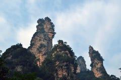 Wandern um Wulingyuan-Naturschutzgebiet Es war ein Stückchen, das auf dem nebelig ist lizenzfreie stockfotografie
