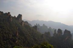 Wandern um Wulingyuan-Naturschutzgebiet Es war ein Stückchen, das auf dem nebelig ist stockbilder
