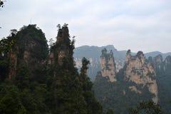 Wandern um Wulingyuan-Naturschutzgebiet Es war ein Stückchen, das auf dem nebelig ist lizenzfreies stockfoto