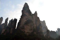 Wandern um Wulingyuan-Naturschutzgebiet Es war ein Stückchen, das auf dem nebelig ist stockfotos