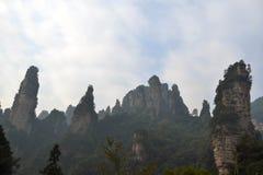 Wandern um Wulingyuan-Naturschutzgebiet Es war ein Stückchen, das auf dem nebelig ist stockfotografie