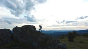 Wandern und Reisefrau, die zur Bergspitze geht stock video footage