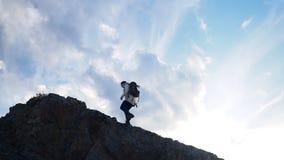 Wandern und Reisefrau, die zur Bergspitze geht stock video