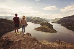 Wandern von den Paaren, die das Ansichthändchenhalten betrachten Standort: die Windungen von Arda-Fluss, Bulgarien stockfotografie