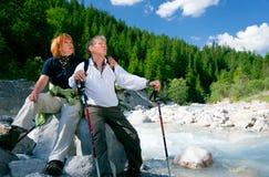 Wandern von älteren Paaren Stockfoto