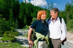 Wandern von älteren Paaren Lizenzfreies Stockfoto